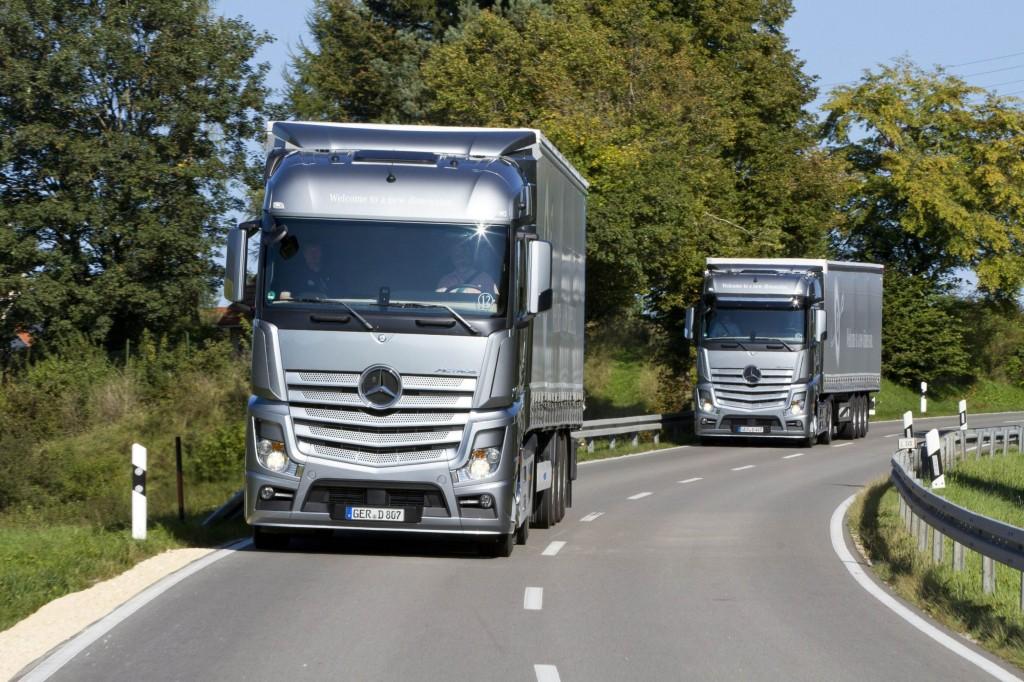 Caminhões Mercedes Benz na Rodovia Lei do Descanso