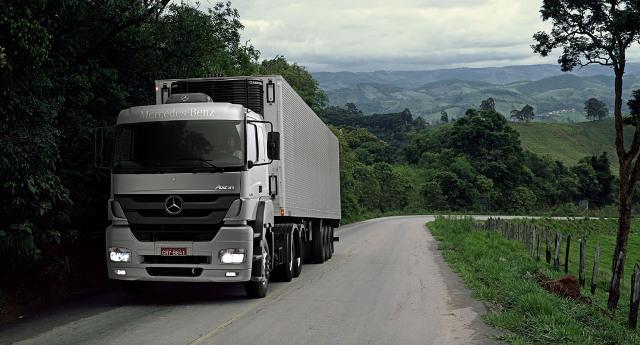 Projeto de lei define que Caminhões parados na estrada terão sinalização diferenciada.